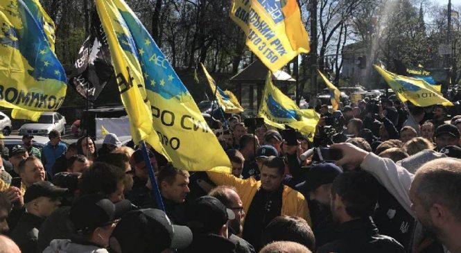 Запорожские активисты митингуют под зданием Кабмина против повышения цен на топливо