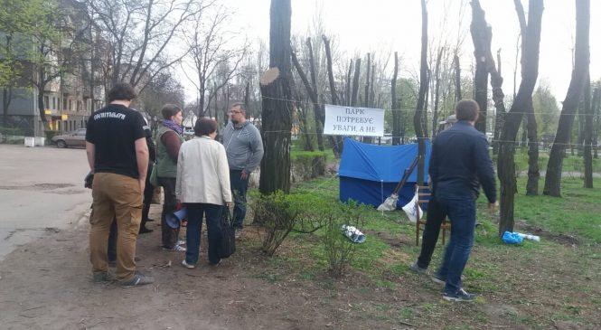 ФОТОФАКТ: в сквере Яланского установили палатку для ночного дежурства и защиты от вырубки