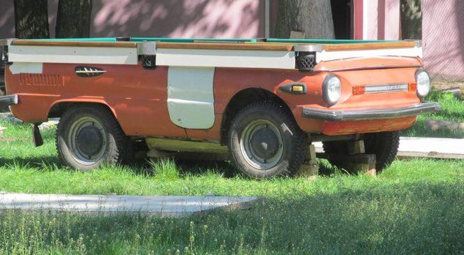 Курьез: запорожцы из раритетного авто соорудили место для популярной настольной игры (Фото)