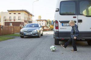 Родители, будьте бдительнее: в Запорожской области ребенок играл в машинки, сидя на трассе (фото)