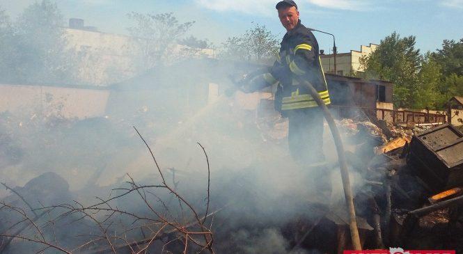 В Запорожье горела территория завода «Радиоприбор»: стали известны подробности (ФОТО, ВИДЕО)