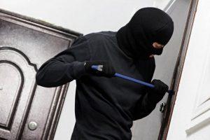 Неизвестные в медицинских масках напали на магазин в Запорожье (Фото)