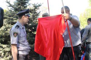 В Запорожье сотня пенсионеров ругала власть на митинге к 1 мая: было много красных флагов и полицейских, – ФОТОРЕПОРТАЖ