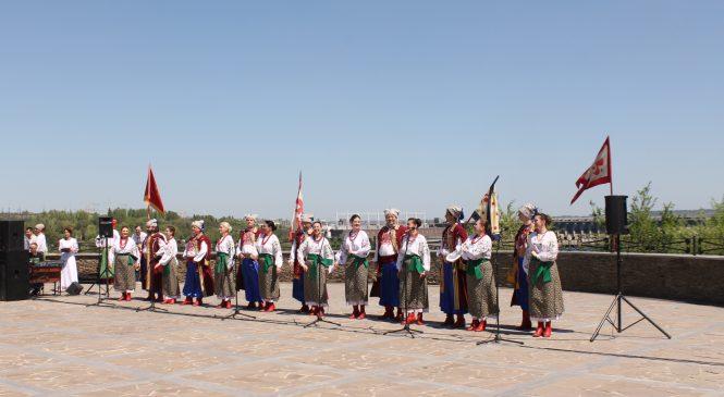 На крыше музея казачества на Хортице провели открытие туристического сезона: выступал ансамбль «Запорожцы» и солисты филармонии, – ФОТОРЕПОРТАЖ