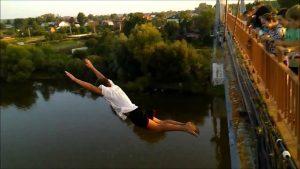 Попытка суицида: В Запорожье мужчина пытался спрыгнуть с моста