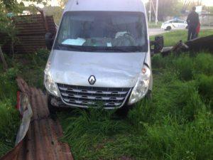 В Запорожье автомобиль снес железное ограждение (Фото)
