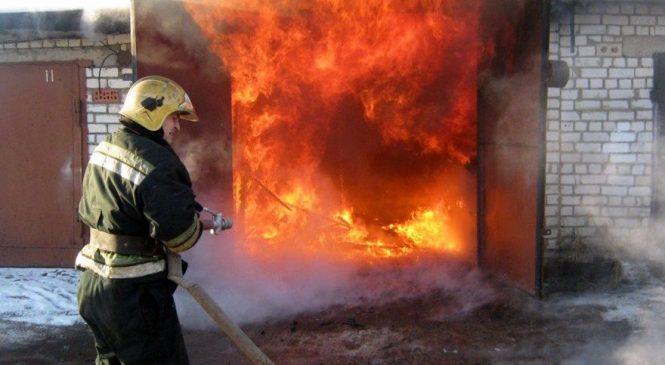 Сразу несколько зданий в Днепровском районе Запорожья охватил огонь