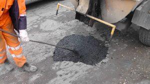 Фотофакт: в Запорожской области дороги латают «пластилином»