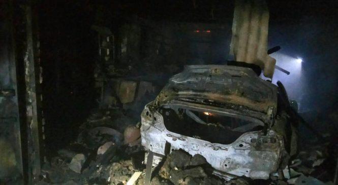 В Запорожской области из-за короткого замыкания в частном гараже сгорела Mazda и Volkswagen (Фото)