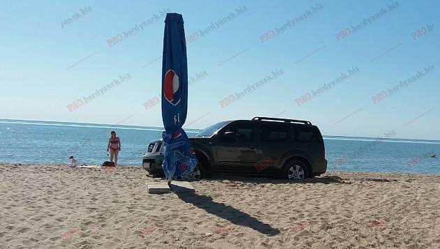 На Запорожском курорте посреди пляжа обнаружили  внедорожник без водителя (фото)