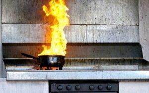 В Запорожье забытая кастрюля на газу едва не стала причиной пожара: в квартире находился ребенок