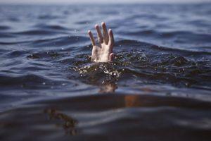 Трагическое событие на море в Запорожской области: мужчина утонул, а его дочь за него держалась