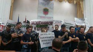 В сессионный зал Запорожского городского совета прошли сторонники строительства «ТРЦ Кальцева» и противники — «Национальный корпус»