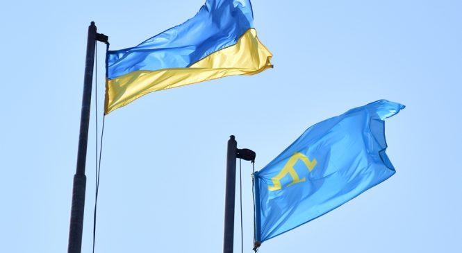 В центре Запорожья подняли флаг крымских татар