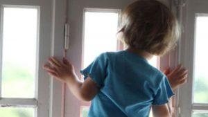 В Запорожской области двухлетний ребенок выпал из окна: врачи борются за его жизнь