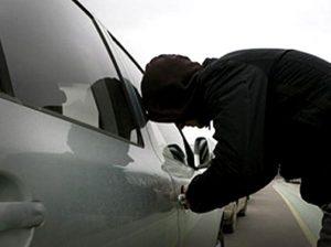 В Запорожье задержаны грабители, которые воровали  имущество с машин  посреди белого дня (фото)