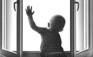 В Хортицком районе Запорожья ребенок выпал из окна