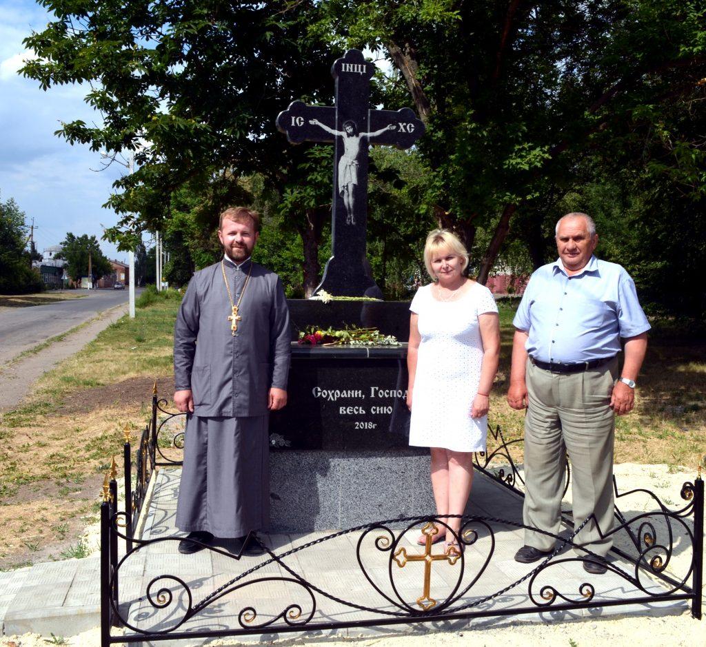 Справа - голова Воскресенської ОТГ Микола Гузенко