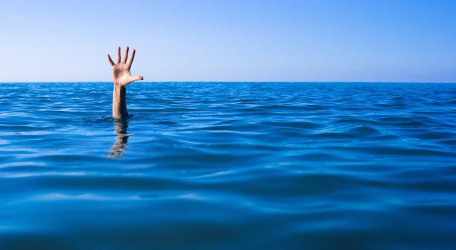 На Запорожском курорте спасатели достали из воды тонущего мужчину