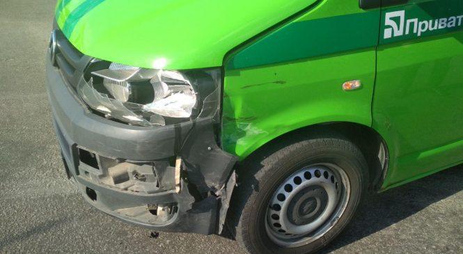 У Запоріжжі ДТП — автівка Приватбанку протаранила легковик