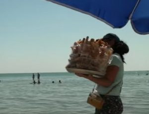 «Креветки-креветульки» и пахлава медовая: в сети появилось видео о жизни одного пляжа на курорте в Запорожской области (ВИДЕО)