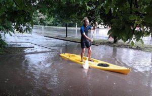«Зате можна на байдарках кататися» — у багатоповерхівці через бурю стався потоп (відео)