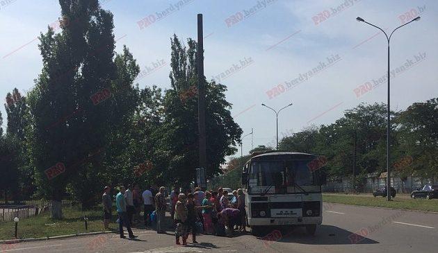 У Запорізькій області ДТП за участю позашляховика та автобуса. Є постраждалі (фото)