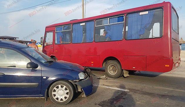 Пасажирський автобус потрапив у аварію через автомобіліста без прав — 4 постраждалих (фото)