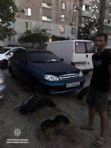 Ночью в Запорожье задержали грабителей: мужчины снимали колеса и аккумуляторы у припаркованных авто (Фото)