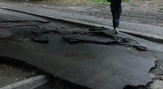 Нещодавно відремонтовані дороги у Запоріжжі не прежили ливень (фото)