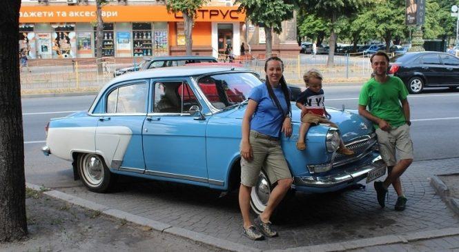 Трое в Волге: Запорожье посетила семья путешественников на ретроавтомобиле (ФОТО)