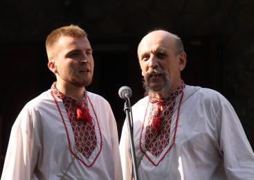Возле 700-летнего Запорожского дуба пели народные песни: для горожан провели концерт мужского ансамбля, – ФОТОРЕПОРТАЖ