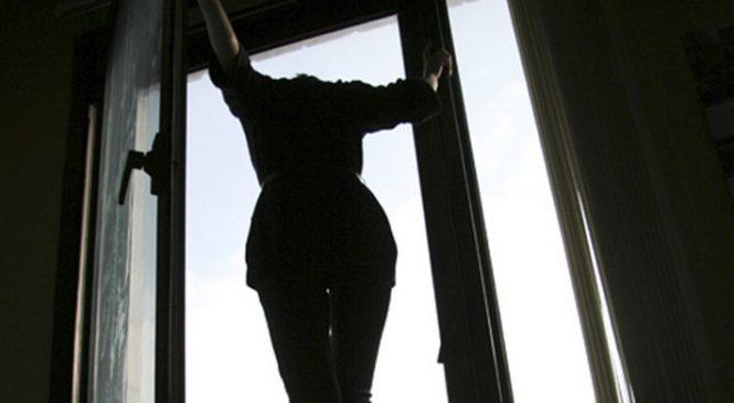 У Запорізькій області жінка випала з вікна