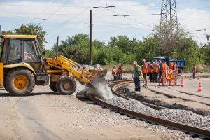 Мэр Запорожья проконтролировал ход ремонтных работ на трамвайном переезде в Шевченковском районе
