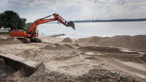В Запорожье «руки дошли» до второго по популярности городского пляжа: мэр проконтролировал ход работ