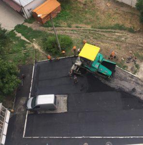 Качество — не главное: в Запорожской области рабочие асфальтировали участок вокруг припаркованного автомобиля (Фото)
