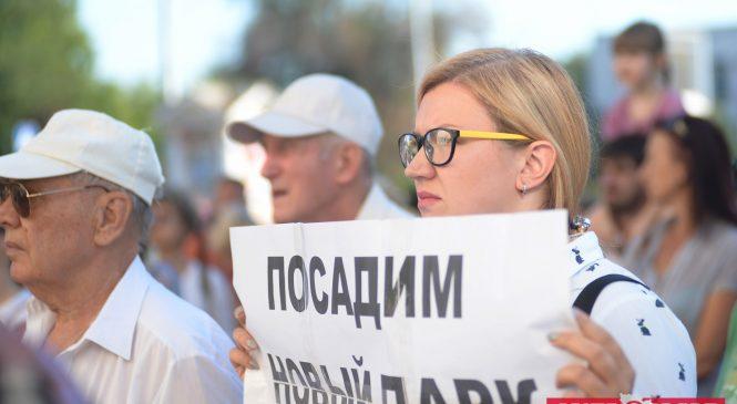 Как начинался митинг, закончившийся сносом забора вокруг сквера Яланского