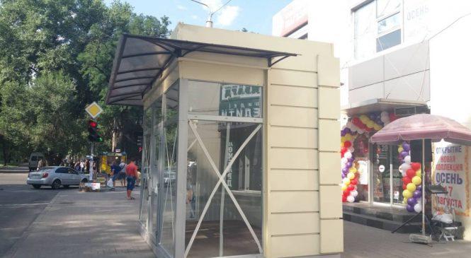 «Виріс як бліда поганка» — у Запоріжжі просто посеред тротуару встановили МАФ (фото)