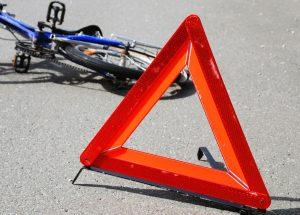 У Запорізькій області автомобіль збив велосепедиста на переході (відео)