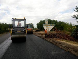 В Запорожской области в направлении курортного города восстанавливают дорожное покрытие (ФОТО)