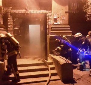 У Запоріжжі пожежу у квартирі гасили шість бригад рятувальників (фото)