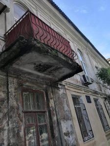 «Вот-вот на голову обвалится»: балкон дома на запорожском курорте в аварийном состоянии (Фото, видео)