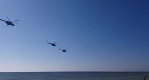 Отдыхающие на запорожском курорте засняли военные вертолеты (Видео)