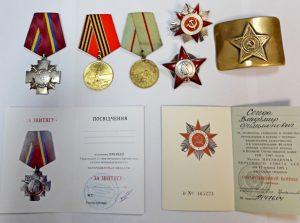 В запорожском аэропорту задержан американец: мужчина пытался вывезти старинные ордена и медали (Фото)