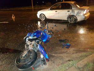 У Запорізькій області мотоцикл на швидкості 100 км/год протаранив легковик (фото)