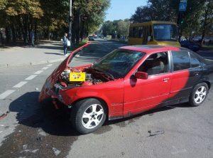 У Запоріжжі ДТП з БМВ та мікроавтобусом — постраждав випадковий перехожий (фото)