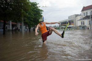 У Запорізькій області дощ затопив дороги міста (відео)
