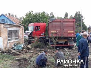 У Запорізькій області вантажівка в'їхала у двір приватного будинку (фото)