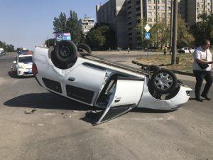 У Запоріжжі сталася ДТП: одна з автівок перекинулася на дах (фото, відео)