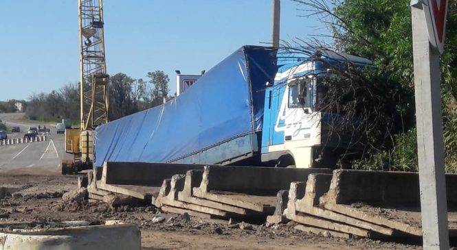 У Запорізькій області фура протаранила відбійник на аварійному мосту (фото)